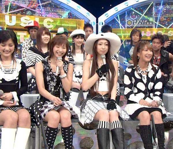 【モーニング娘。お宝画像】ステージやバラエティで大股を開いちゃったアイドル達のエロショット! 60