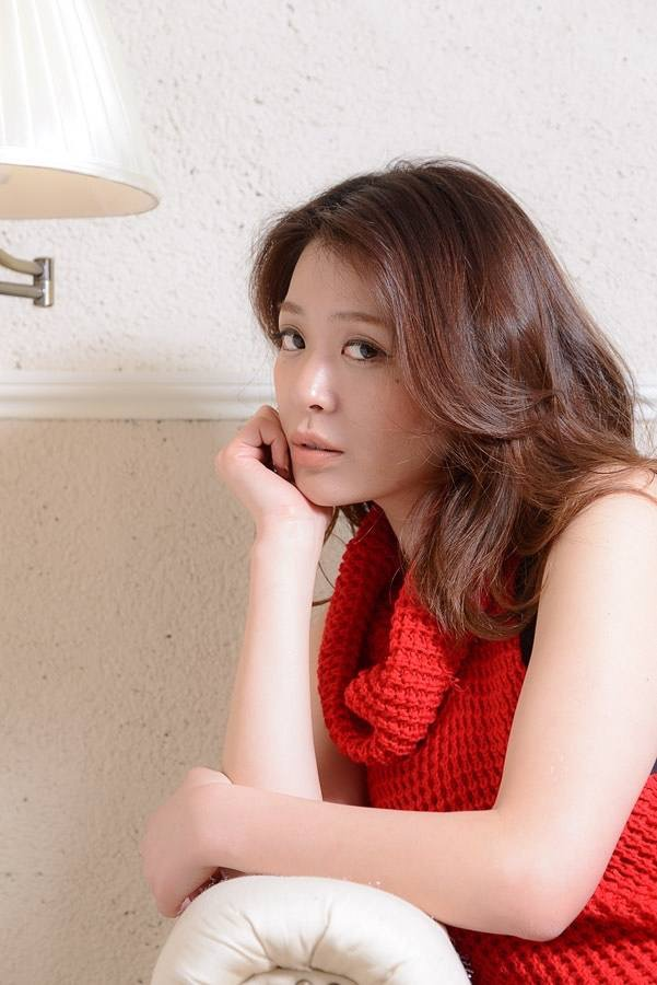 【平塚千瑛エロ画像】手ブラ写真でデビューしたせいで彼氏と別れた30代グラビアアイドルwwww 24