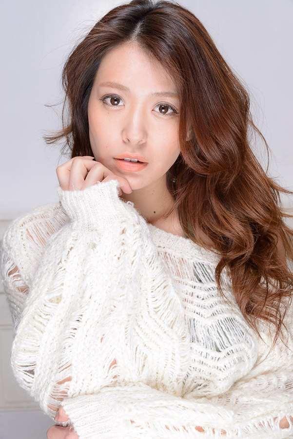 【平塚千瑛エロ画像】手ブラ写真でデビューしたせいで彼氏と別れた30代グラビアアイドルwwww 27