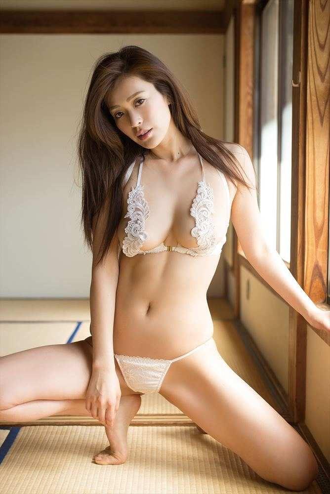 【平塚千瑛エロ画像】手ブラ写真でデビューしたせいで彼氏と別れた30代グラビアアイドルwwww 46