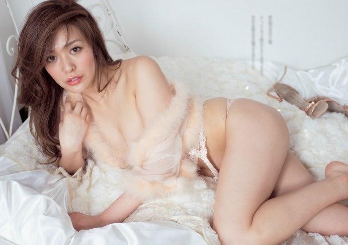 【平塚千瑛エロ画像】手ブラ写真でデビューしたせいで彼氏と別れた30代グラビアアイドルwwww 77