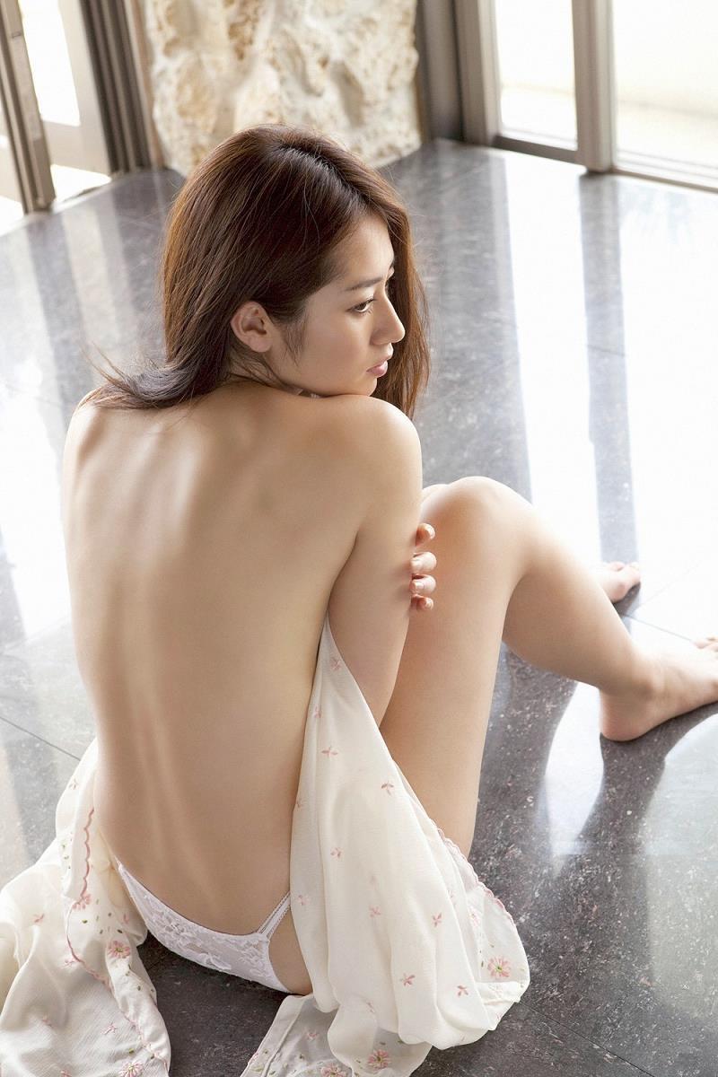 【谷桃子エロ画像】色白美肌なDカップボディでアラサーまでグラビアを続けてきたセクシー美熟女 08