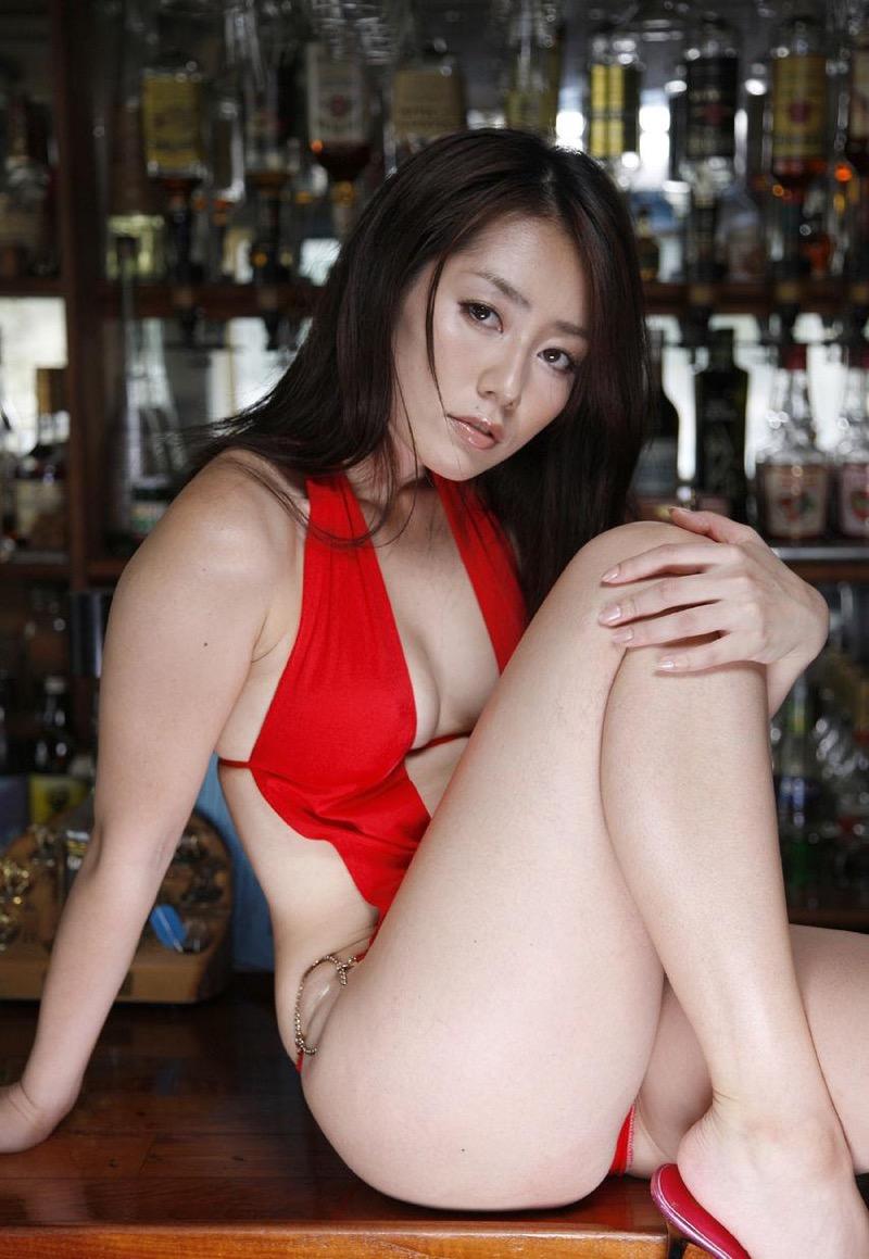 【谷桃子エロ画像】色白美肌なDカップボディでアラサーまでグラビアを続けてきたセクシー美熟女 13