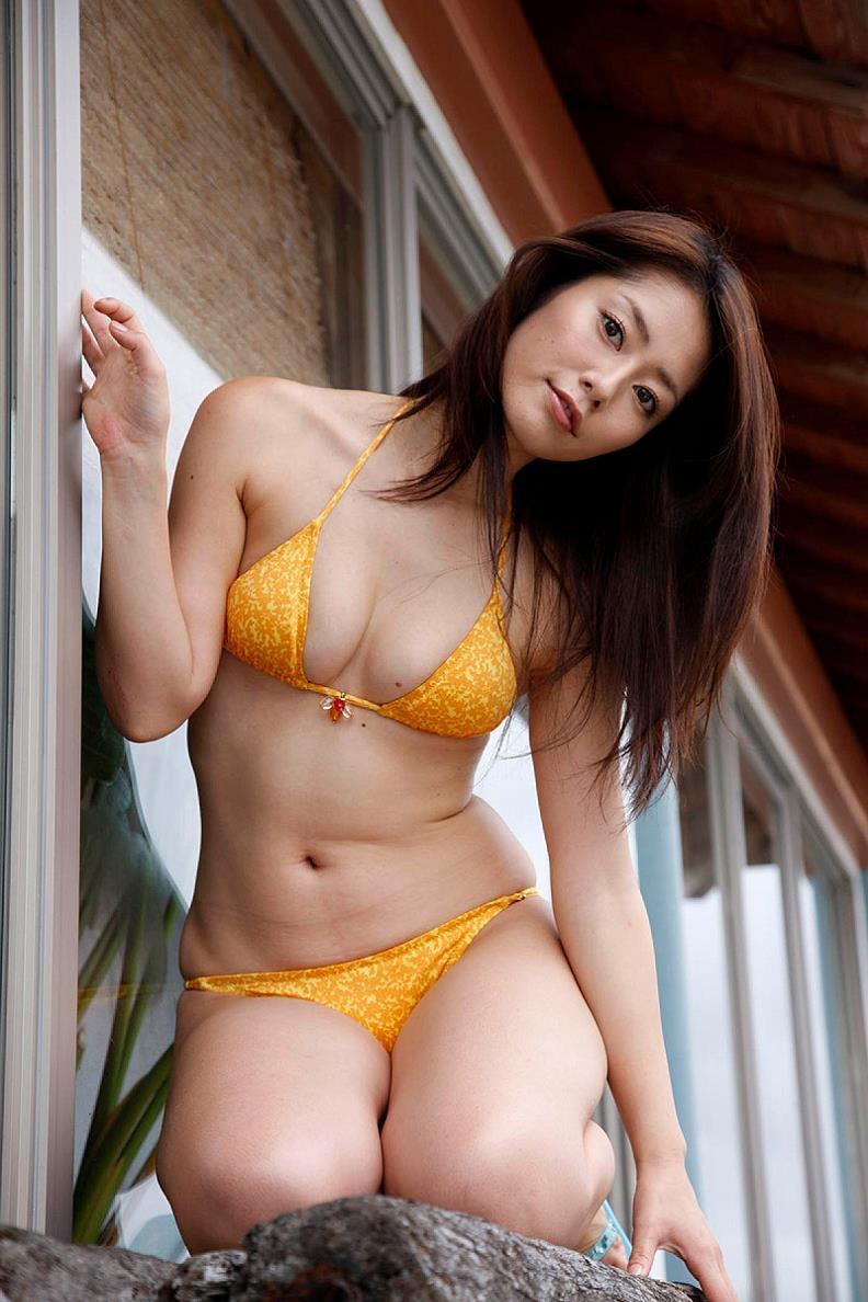 【谷桃子エロ画像】色白美肌なDカップボディでアラサーまでグラビアを続けてきたセクシー美熟女 16