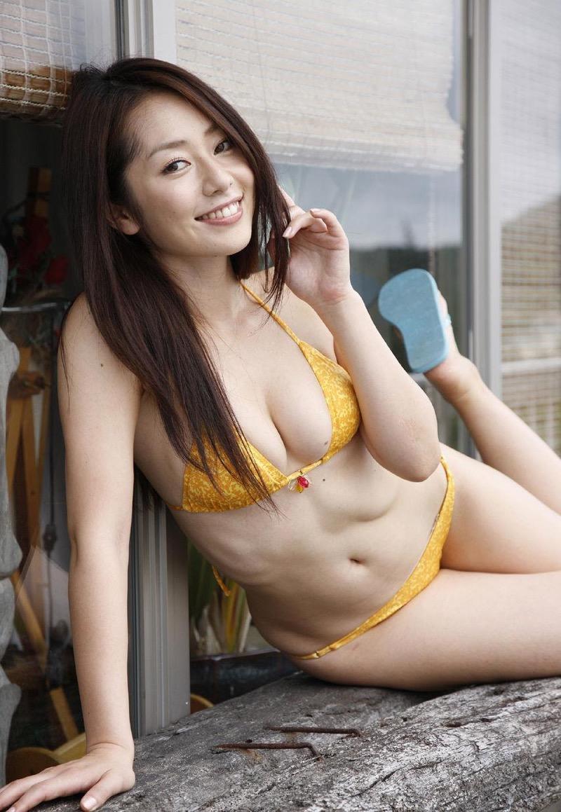 【谷桃子エロ画像】色白美肌なDカップボディでアラサーまでグラビアを続けてきたセクシー美熟女 17