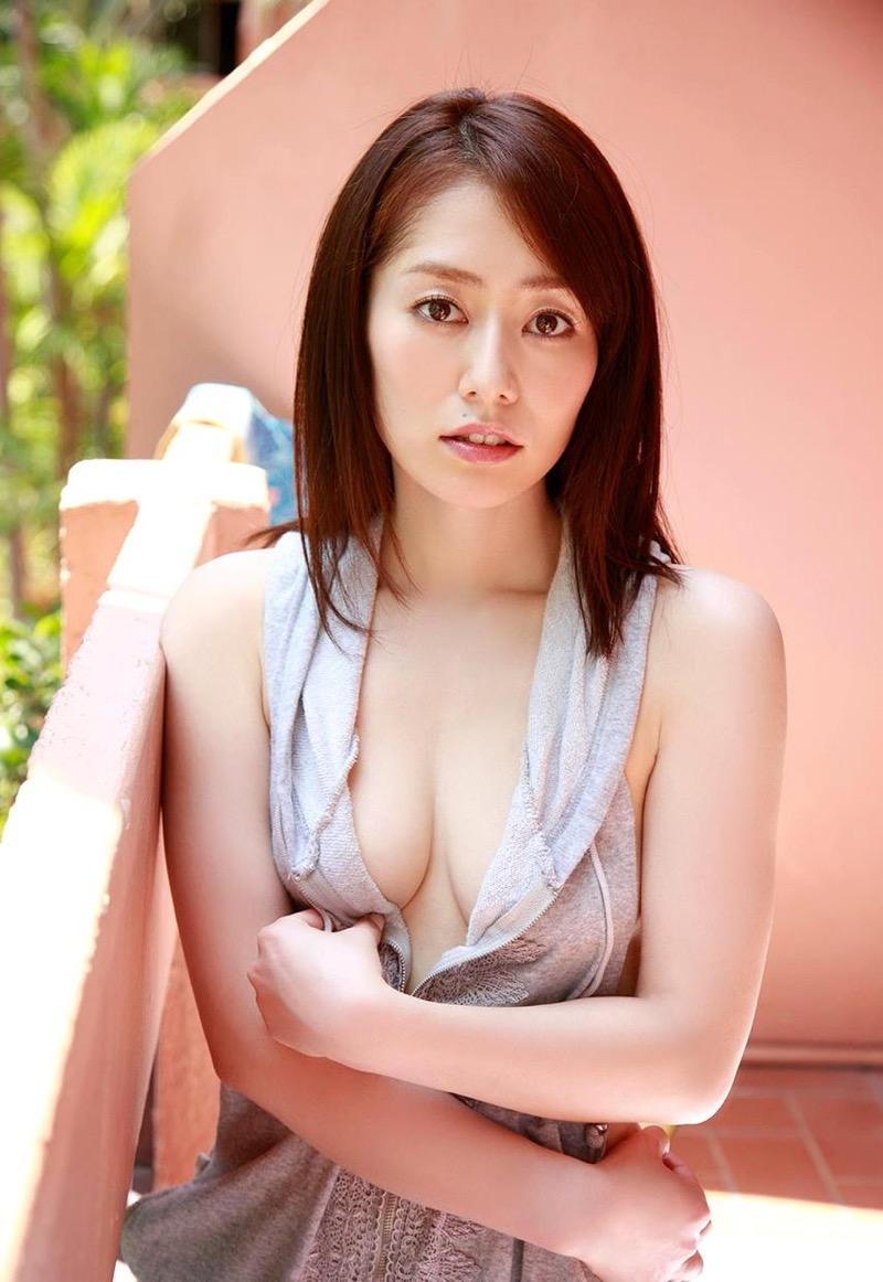 【谷桃子エロ画像】色白美肌なDカップボディでアラサーまでグラビアを続けてきたセクシー美熟女 18