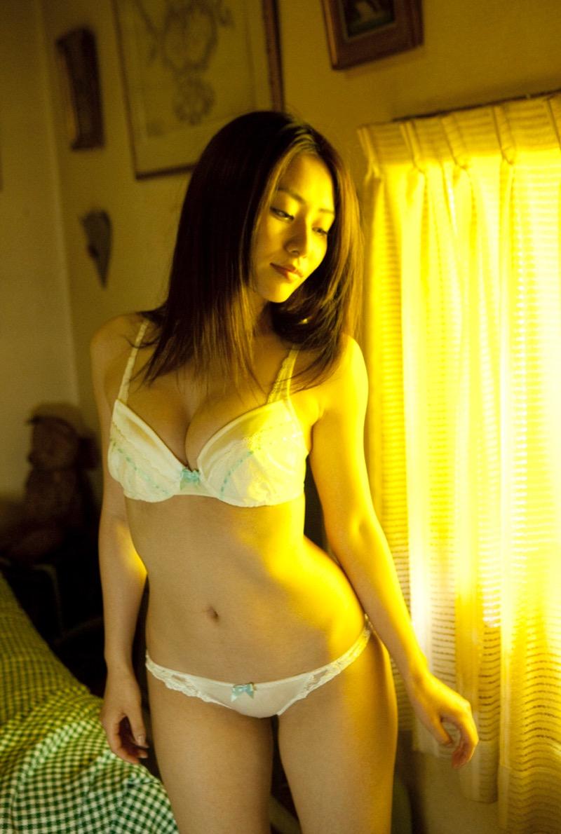 【谷桃子エロ画像】色白美肌なDカップボディでアラサーまでグラビアを続けてきたセクシー美熟女 29