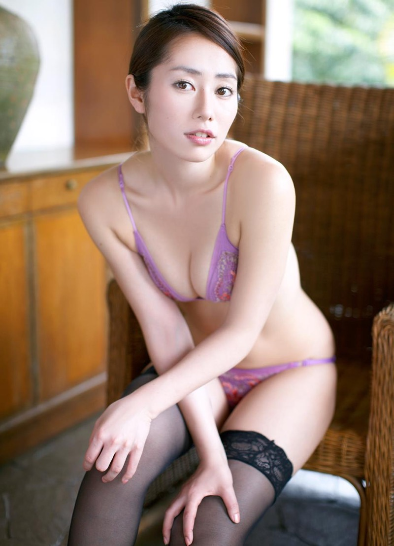 【谷桃子エロ画像】色白美肌なDカップボディでアラサーまでグラビアを続けてきたセクシー美熟女 31