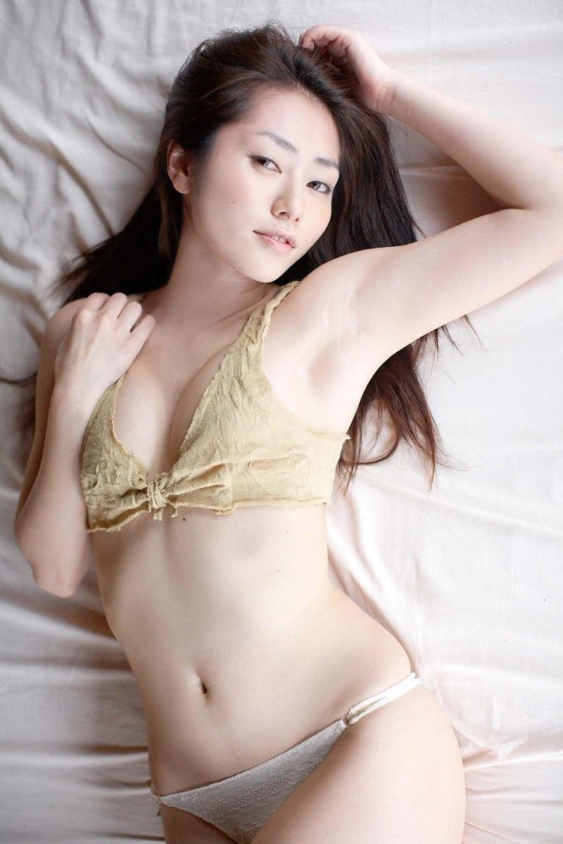 【谷桃子エロ画像】色白美肌なDカップボディでアラサーまでグラビアを続けてきたセクシー美熟女 49