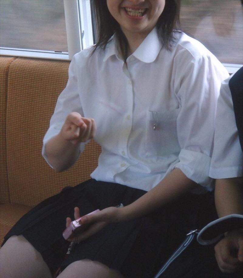 【透けブラエロ画像】夏に薄着してるJKやお姉さんの下着が豪雨や汗で透けて見えてたwwww