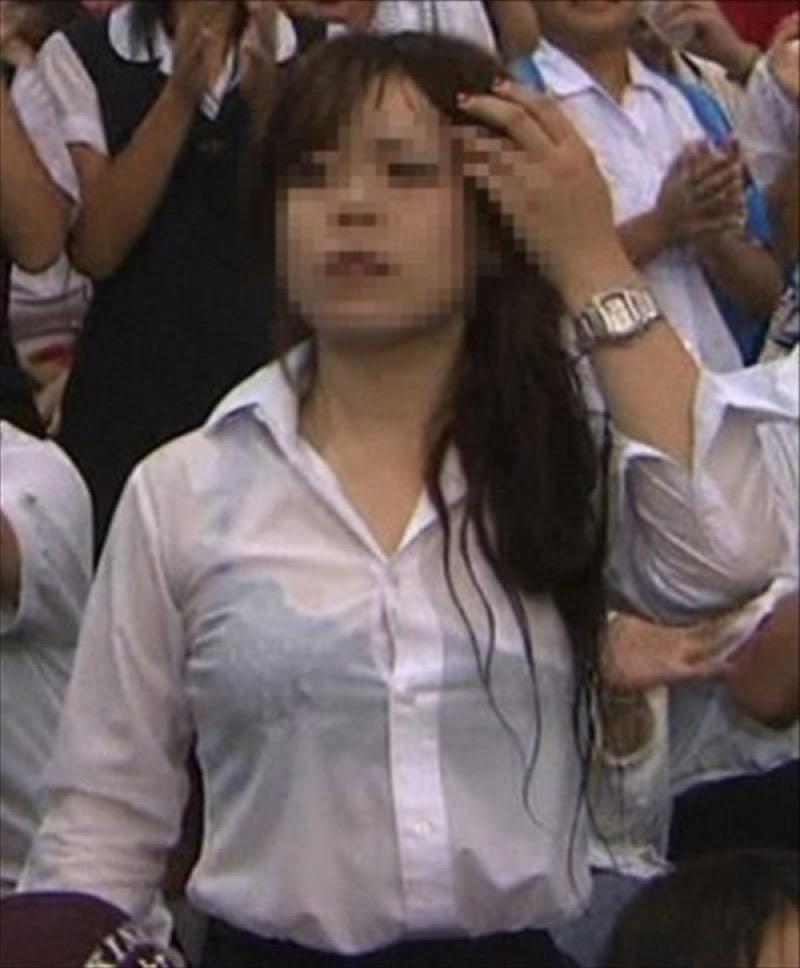 【透けブラエロ画像】夏に薄着してるJKやお姉さんの下着が豪雨や汗で透けて見えてたwwww 06