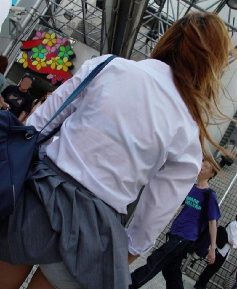 【透けブラエロ画像】夏に薄着してるJKやお姉さんの下着が豪雨や汗で透けて見えてたwwww 07