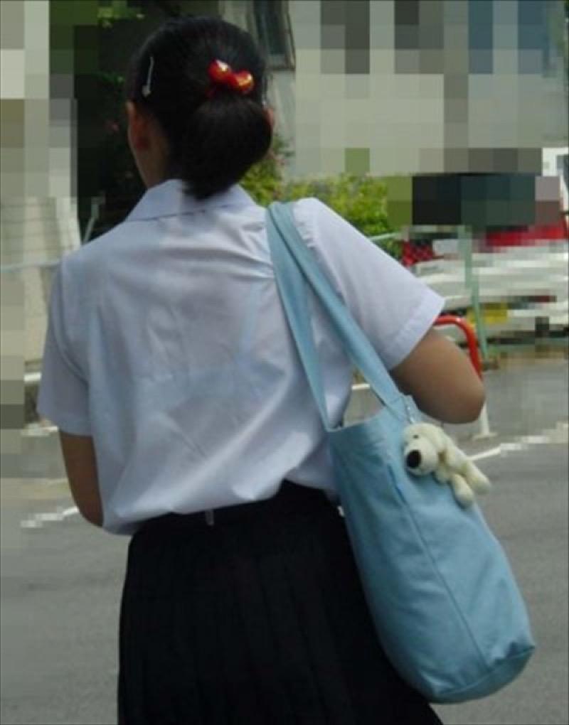 【透けブラエロ画像】夏に薄着してるJKやお姉さんの下着が豪雨や汗で透けて見えてたwwww 17