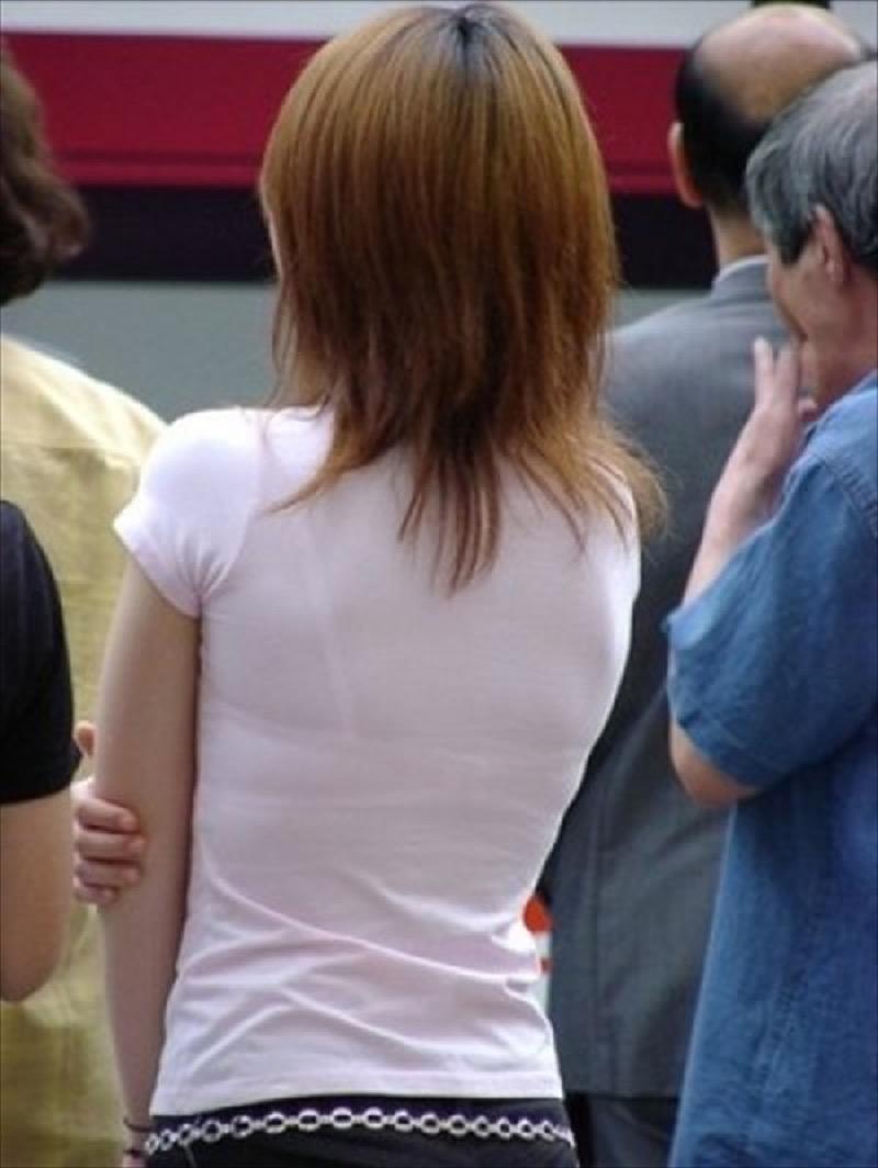 【透けブラエロ画像】夏に薄着してるJKやお姉さんの下着が豪雨や汗で透けて見えてたwwww 26