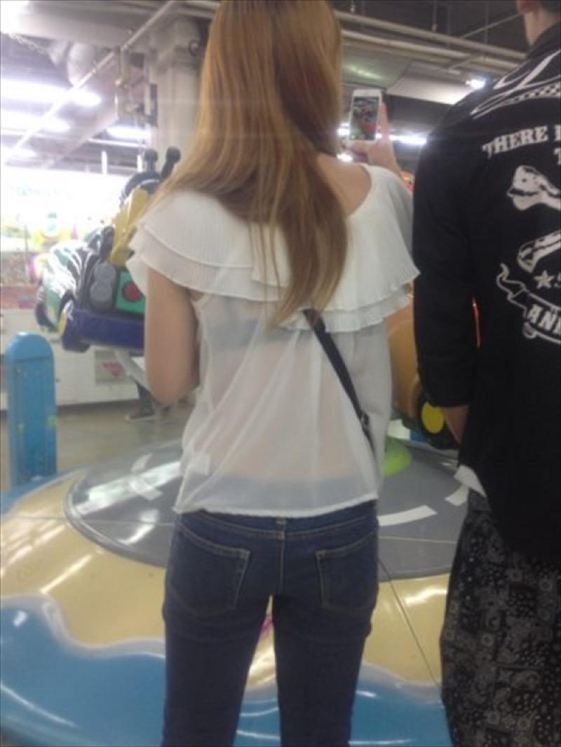 【透けブラエロ画像】夏に薄着してるJKやお姉さんの下着が豪雨や汗で透けて見えてたwwww 28