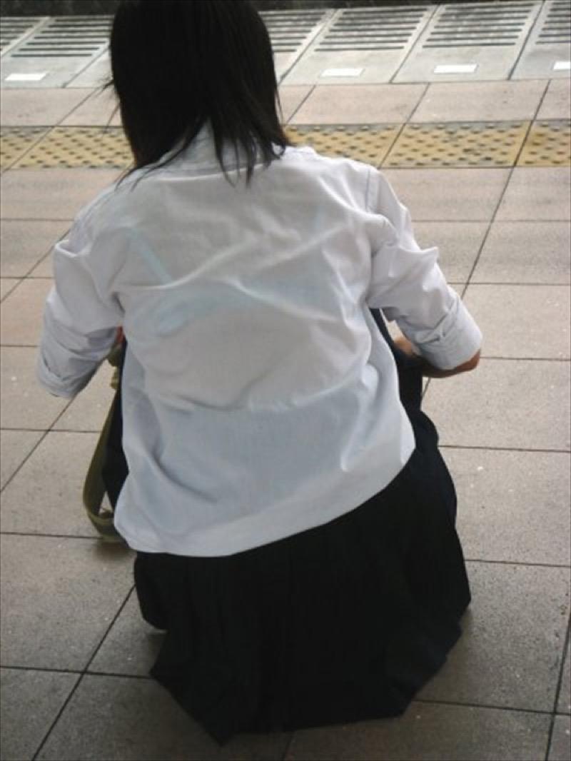 【透けブラエロ画像】夏に薄着してるJKやお姉さんの下着が豪雨や汗で透けて見えてたwwww 33