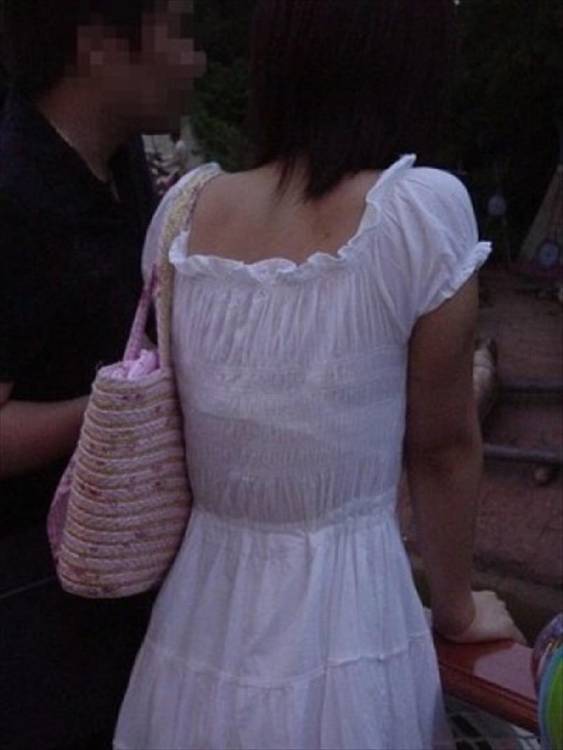 【透けブラエロ画像】夏に薄着してるJKやお姉さんの下着が豪雨や汗で透けて見えてたwwww 36