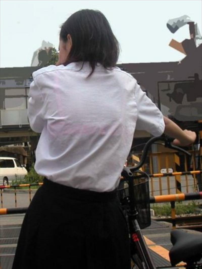 【透けブラエロ画像】夏に薄着してるJKやお姉さんの下着が豪雨や汗で透けて見えてたwwww 45