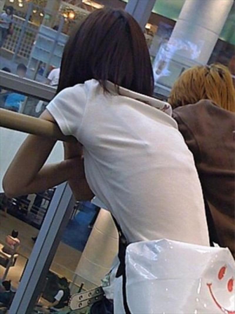 【透けブラエロ画像】夏に薄着してるJKやお姉さんの下着が豪雨や汗で透けて見えてたwwww 50