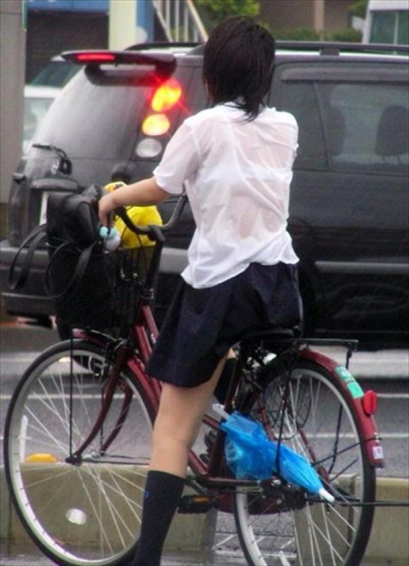 【透けブラエロ画像】夏に薄着してるJKやお姉さんの下着が豪雨や汗で透けて見えてたwwww 54