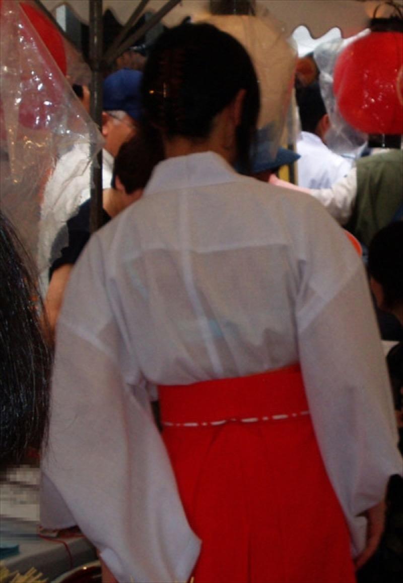 【透けブラエロ画像】夏に薄着してるJKやお姉さんの下着が豪雨や汗で透けて見えてたwwww 59