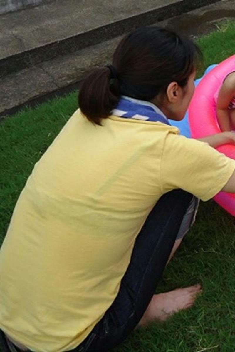 【透けブラエロ画像】夏に薄着してるJKやお姉さんの下着が豪雨や汗で透けて見えてたwwww 63