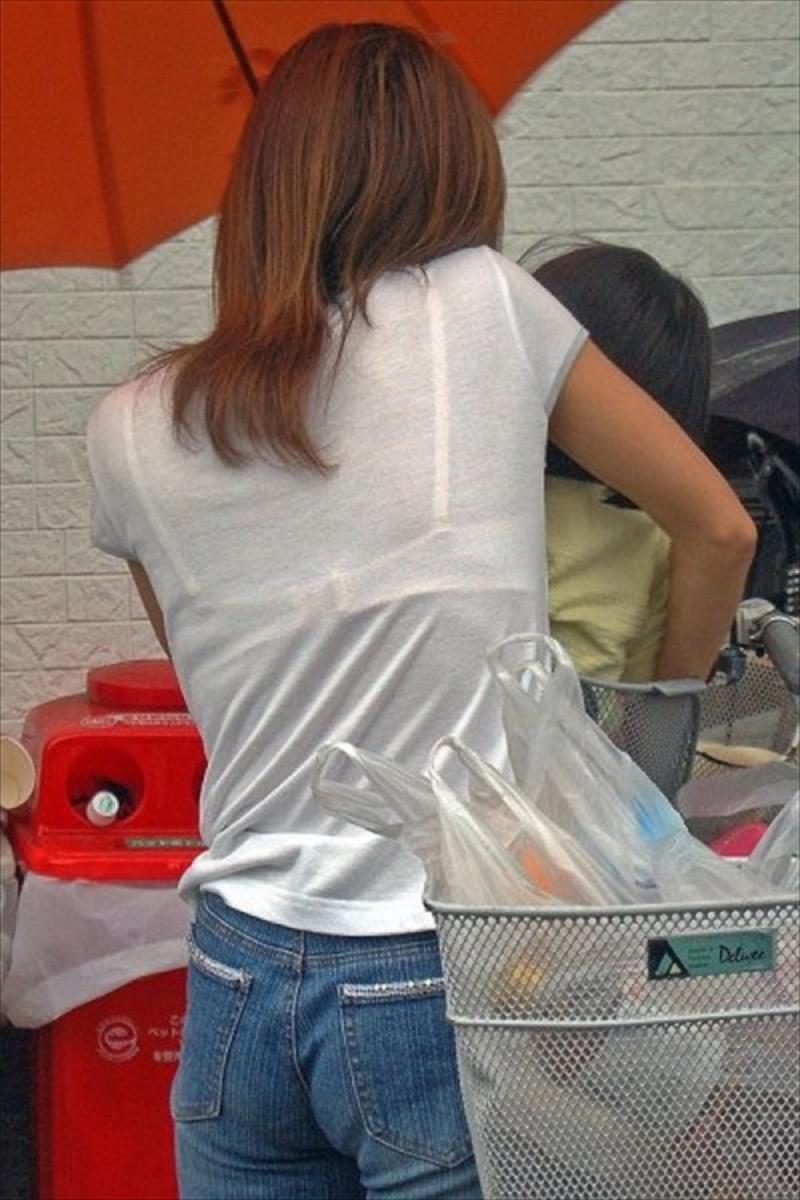 【透けブラエロ画像】夏に薄着してるJKやお姉さんの下着が豪雨や汗で透けて見えてたwwww 64