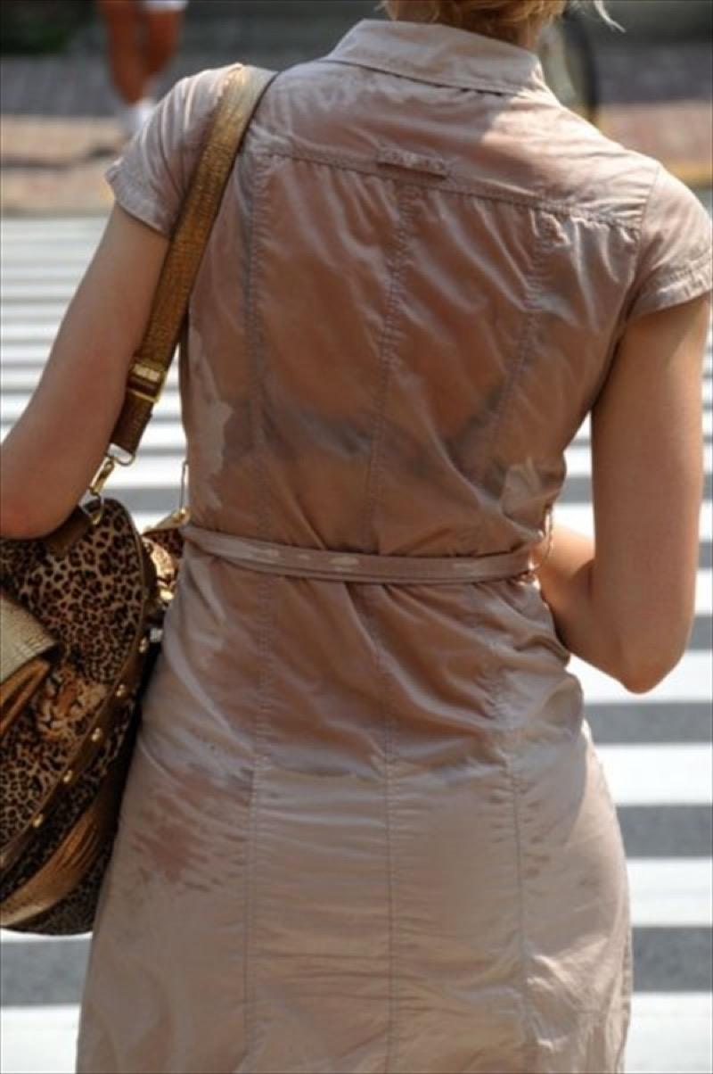 【透けブラエロ画像】夏に薄着してるJKやお姉さんの下着が豪雨や汗で透けて見えてたwwww 66