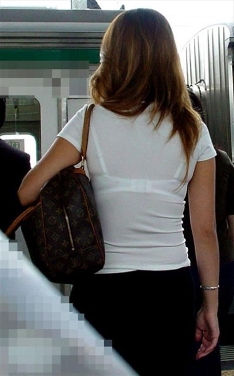 【透けブラエロ画像】夏に薄着してるJKやお姉さんの下着が豪雨や汗で透けて見えてたwwww 71