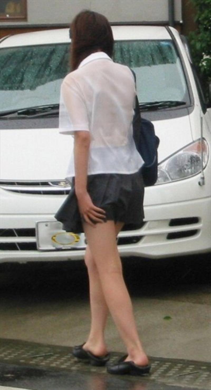 【透けブラエロ画像】夏に薄着してるJKやお姉さんの下着が豪雨や汗で透けて見えてたwwww 79