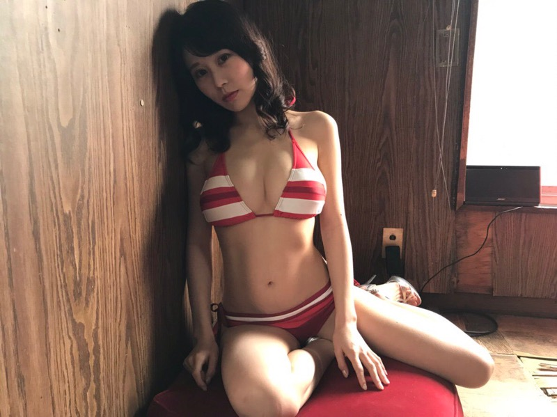 【篠原まきほエロ画像】現役OLをしながらラウンドガールやコスプレ活動をしている巨乳美人グラドル 05