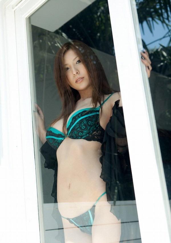 【椎名ゆなエロ画像】数多くの男性ファンを虜にさせたヌケる激エロEカップ巨乳ボディのAV女優 27