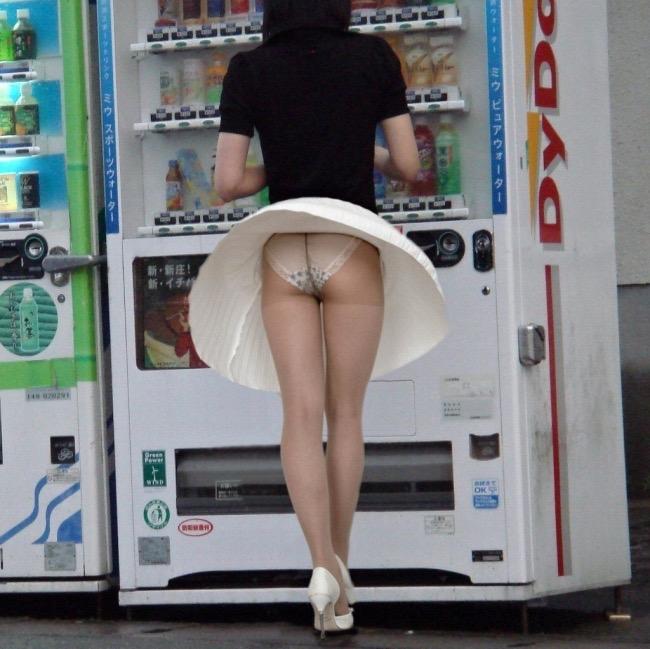 【パンチラエロ画像】素人娘のスカートが強風に煽られて公衆の面前でパンツが丸見えwwww