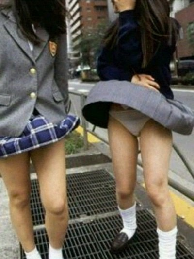 【パンチラエロ画像】素人娘のスカートが強風に煽られて公衆の面前でパンツが丸見えwwww 05