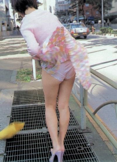 【パンチラエロ画像】素人娘のスカートが強風に煽られて公衆の面前でパンツが丸見えwwww 08