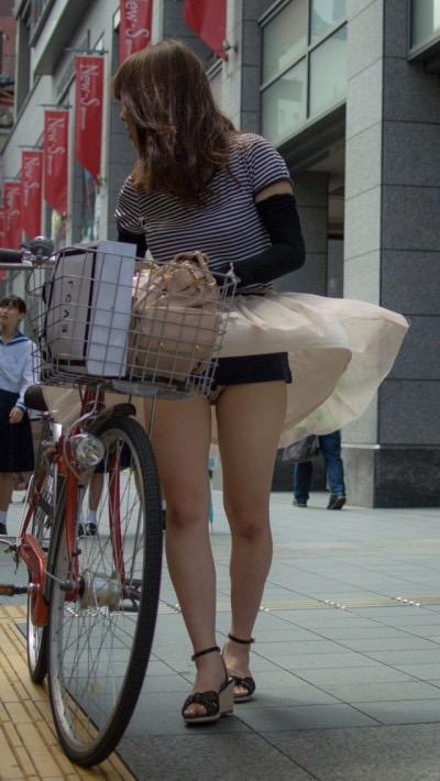 【パンチラエロ画像】素人娘のスカートが強風に煽られて公衆の面前でパンツが丸見えwwww 12