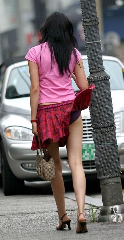 【パンチラエロ画像】素人娘のスカートが強風に煽られて公衆の面前でパンツが丸見えwwww 15