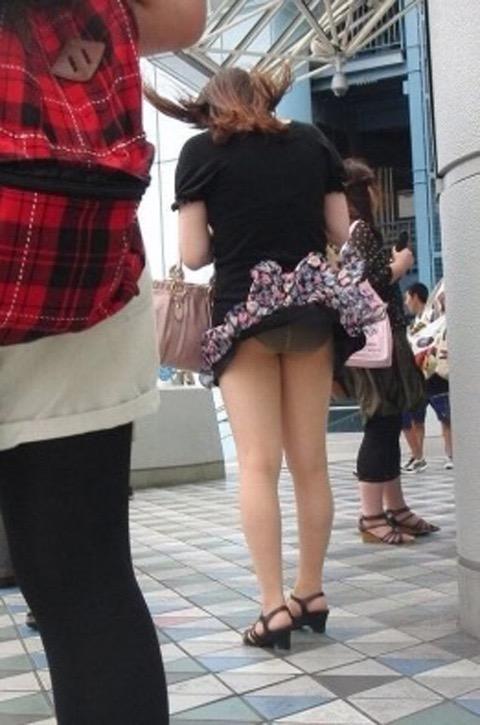 【パンチラエロ画像】素人娘のスカートが強風に煽られて公衆の面前でパンツが丸見えwwww 21