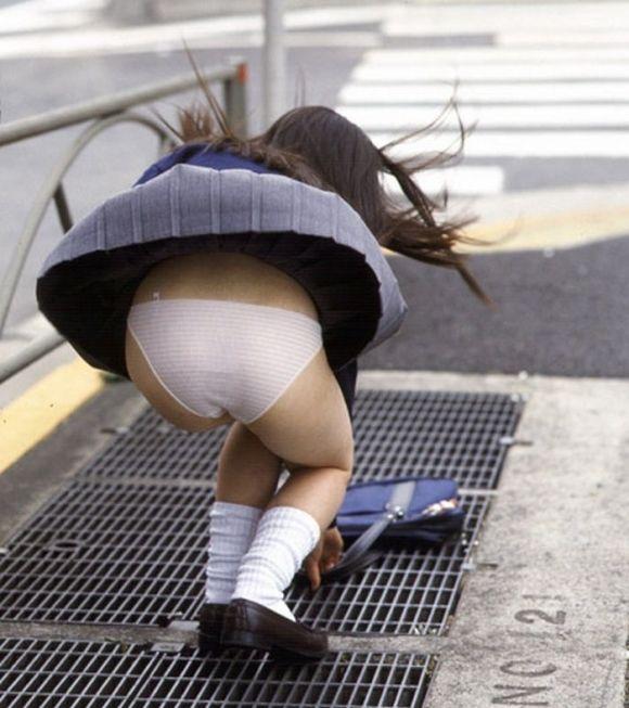 【パンチラエロ画像】素人娘のスカートが強風に煽られて公衆の面前でパンツが丸見えwwww 24