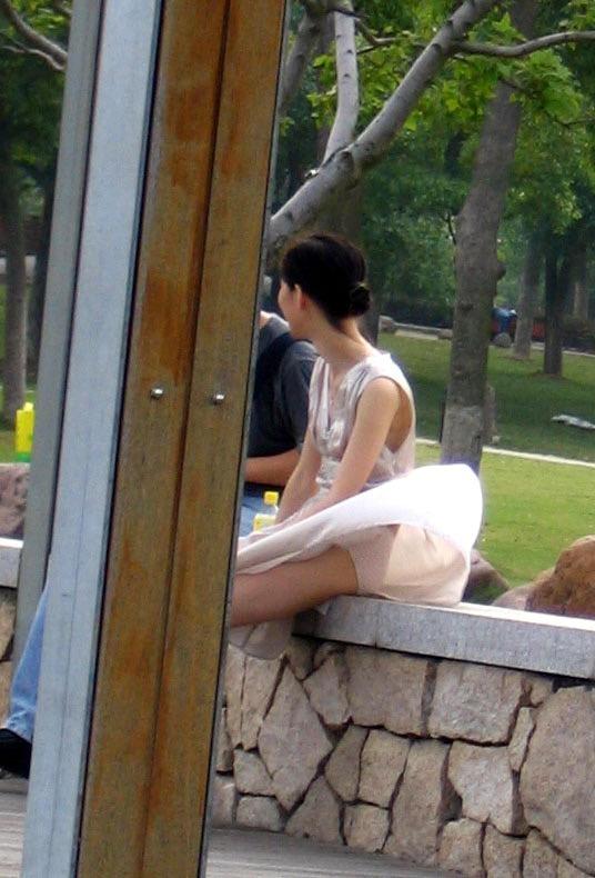 【パンチラエロ画像】素人娘のスカートが強風に煽られて公衆の面前でパンツが丸見えwwww 26