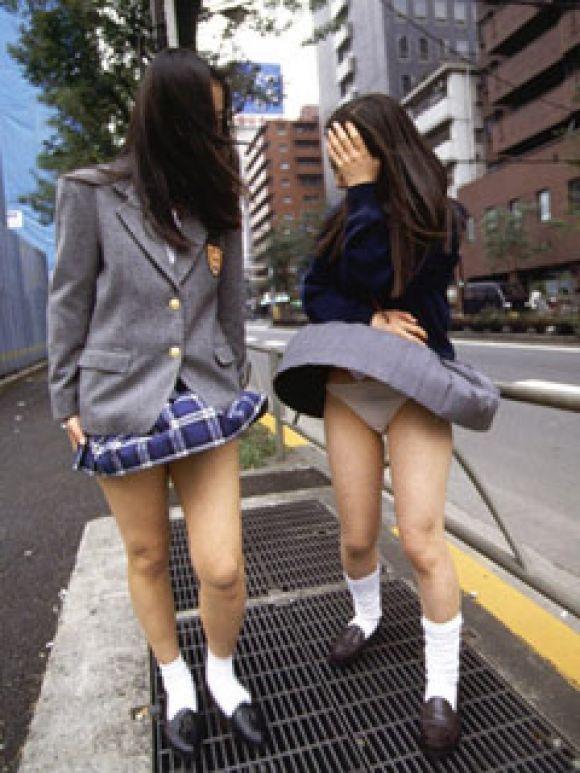 【パンチラエロ画像】素人娘のスカートが強風に煽られて公衆の面前でパンツが丸見えwwww 29
