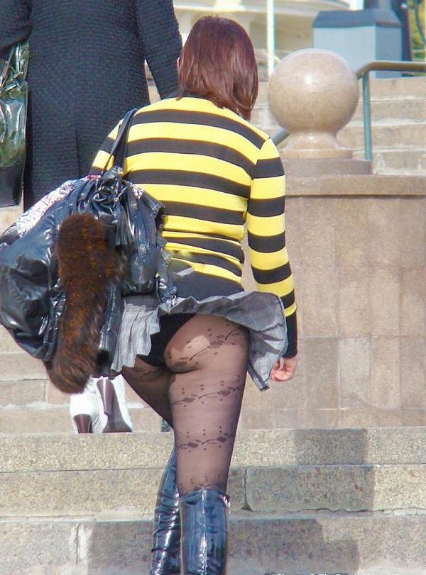 【パンチラエロ画像】素人娘のスカートが強風に煽られて公衆の面前でパンツが丸見えwwww 34