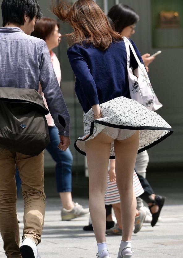 【パンチラエロ画像】素人娘のスカートが強風に煽られて公衆の面前でパンツが丸見えwwww 35
