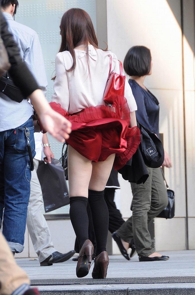 【パンチラエロ画像】素人娘のスカートが強風に煽られて公衆の面前でパンツが丸見えwwww 44