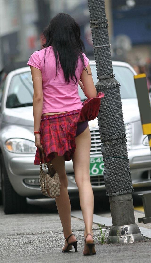 【パンチラエロ画像】素人娘のスカートが強風に煽られて公衆の面前でパンツが丸見えwwww 45