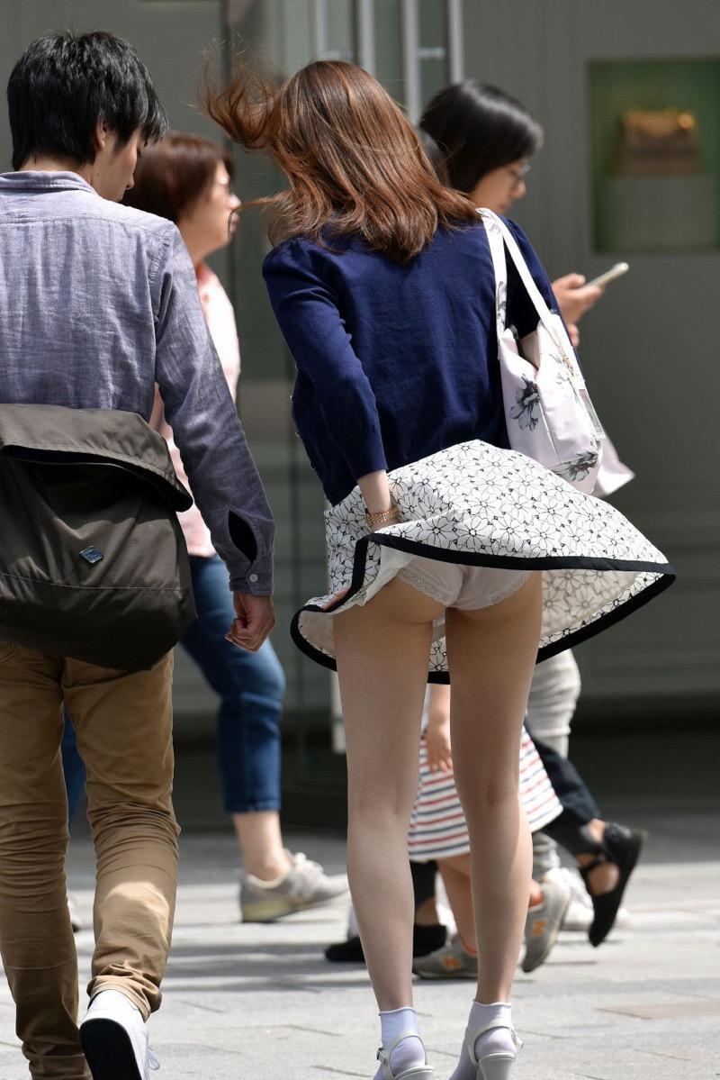 【パンチラエロ画像】素人娘のスカートが強風に煽られて公衆の面前でパンツが丸見えwwww 58