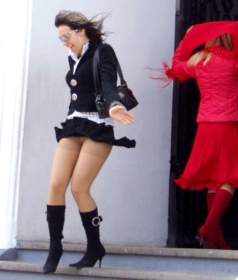 【パンチラエロ画像】素人娘のスカートが強風に煽られて公衆の面前でパンツが丸見えwwww 65