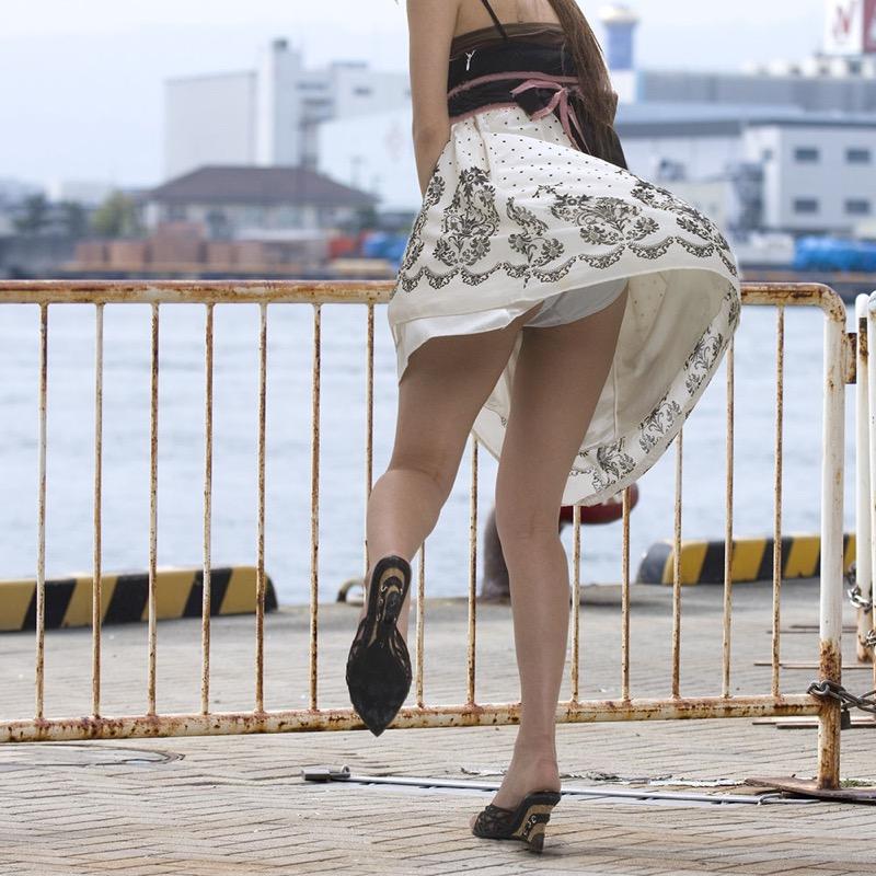 【パンチラエロ画像】素人娘のスカートが強風に煽られて公衆の面前でパンツが丸見えwwww 68