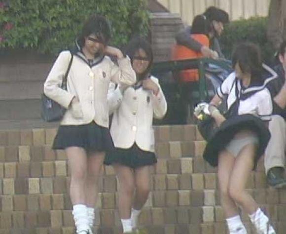 【パンチラエロ画像】素人娘のスカートが強風に煽られて公衆の面前でパンツが丸見えwwww 72