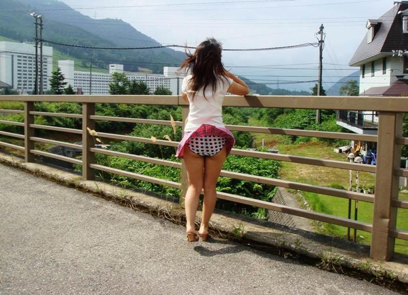 【パンチラエロ画像】素人娘のスカートが強風に煽られて公衆の面前でパンツが丸見えwwww 80